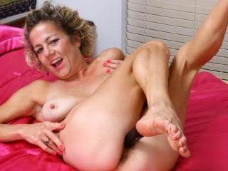Mature housewife bathtub masturbation