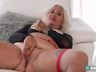 Amelia\'s pussy and ass show