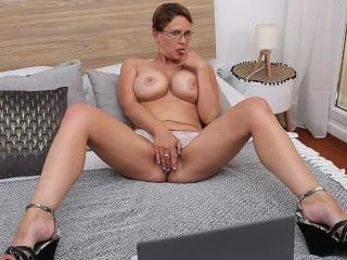 Curvy Big breasted nympho playing with her shaved
