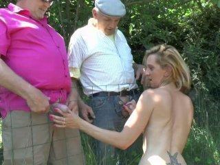 Deux papys voyeurs s\'offrent le cul d\'une jeune sa