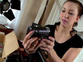 Nora Luxia teste sa nouvelle caméra avec le vendeu
