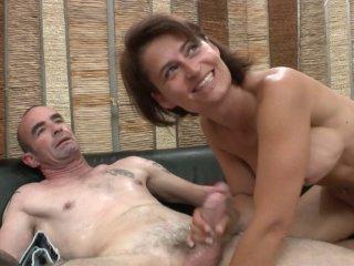 Une mature sexy et son mari pour une scène de bais