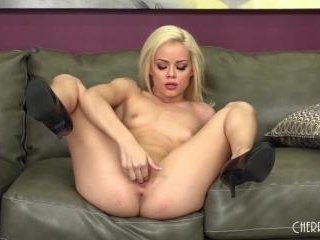 Blonde Petite Elsa Jean LIVE