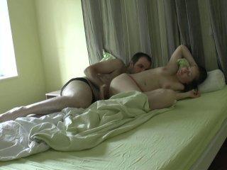 Un jeune couple en train de baiser se fait espionn