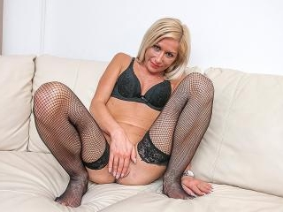 Steamy hot MILF playing with herself on the couch