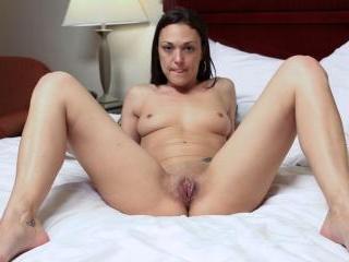 Shaved-Pussy MILF Olivia