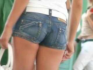 The jeans booty shorts of blue color make the ass