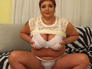 Curvy mature BBW playing with herself