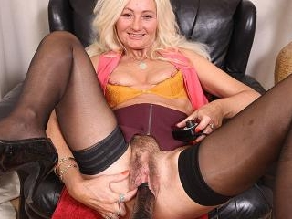 Hairy Ellen B loves to fool around with her fuckma