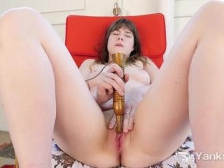 Rae White Eroscillates Her Clit to a Great Orgasm