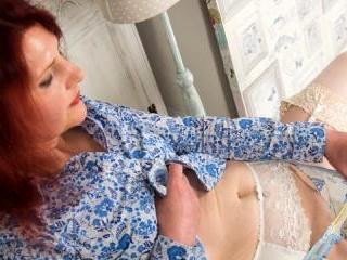 Stunning granny massages her shaven twat to pleasu