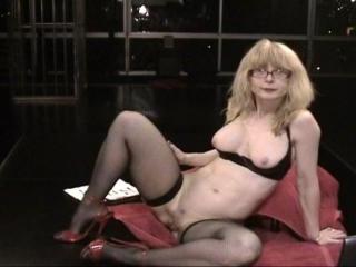 Nina Hartley inserts dildo in the ass