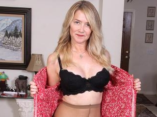 This Blonde American housewife loves to play alone