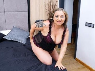 Curvy mature slut playing with her shaved pussy