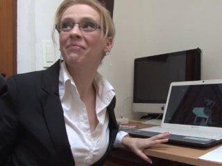 Une secrétaire à lunettes baisée par son patron dè