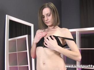 Sexy Xara likes to tease her pussy with a pump