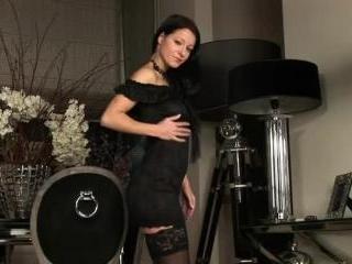 Melisa Mendiny seduces in her sexy black bustier a