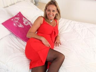 This naughty mom loves to play with her pussy