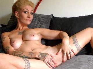SubSlut Miss Trixx wanks & cums after I\'ve munched