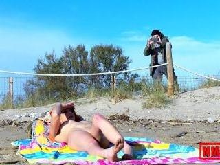Rock sex \'n squirt at the beach
