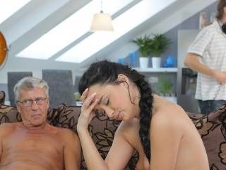 Cock of mature dad satisfies girl\\'s need in