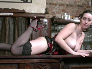 Nora 28 ans postule pour servir dans notre bar coq