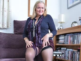 Curvy housewife shows off her dirty ways