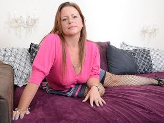 Sexy British housewife turning herself on