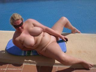 Barby\'s Poolside Wank Movie
