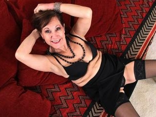 Horny mature Demi loves to play with her pussy