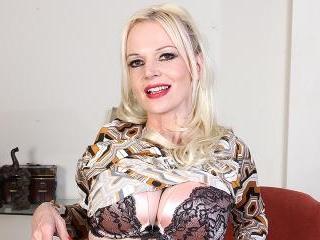 Naughty Milf Veronica Moore loves showing her very