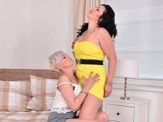 Two lesbian housewives play with eachothers pussy