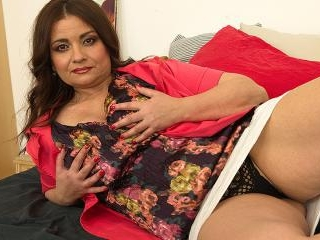 Curvy MILF playing with her pussy