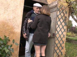 Lucie baise avec Papy pour le remercier