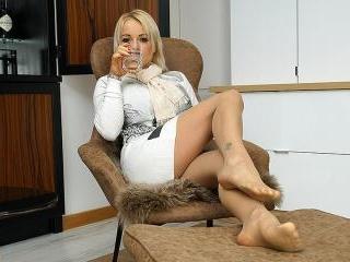 British MILF Tara Spades playing with herself
