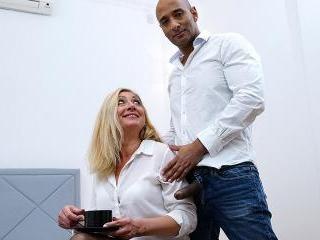 Naughty mature slut goes interracial
