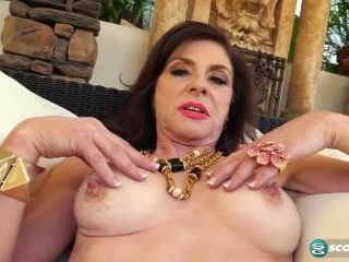 Cashmere makes herself squirt