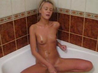 Wet hottie bathtub dildoing