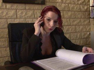 Un entretien d\'embauche très chaud avec une rousse